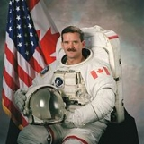 Astronaut Chris Hadfield shows how to take photos in zero gravity