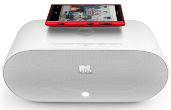 Nokia Lumia using NFC to connect to a JBL speaker