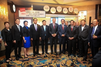Jeann Low, Group Chief Corporate Officer, Singtel; Kan Trakulhoon, Chairman of AIS; and Chua Sock Koong, Group CEO, Singtel with Singapore Prime Minister Lee Hsien Loong and ASEAN leaders at the Singtel showcase at the 32nd ASEAN Summit